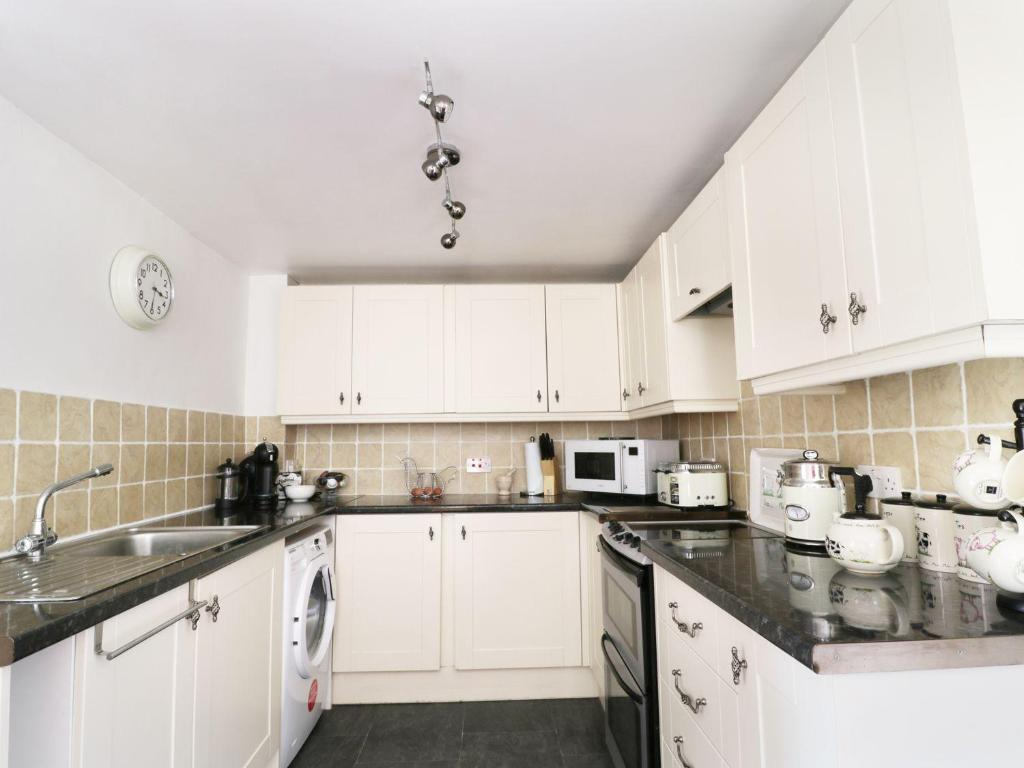 A kitchen or kitchenette at Keld Cottage, Penrith