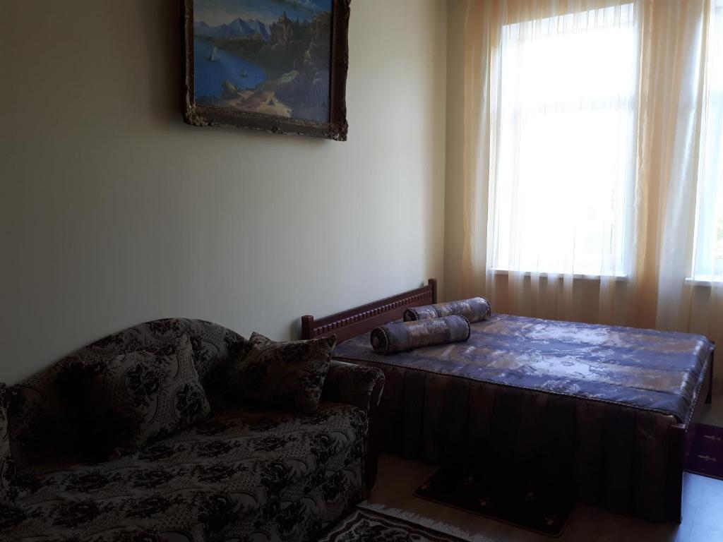 Studio on Chornovola tesisinde bir odada yatak veya yataklar