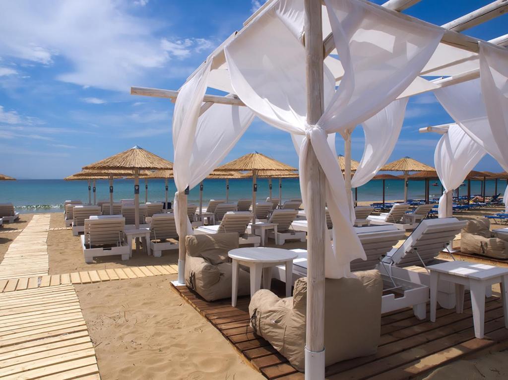 En restaurant eller et spisested på Amaryllis Beach Hotel
