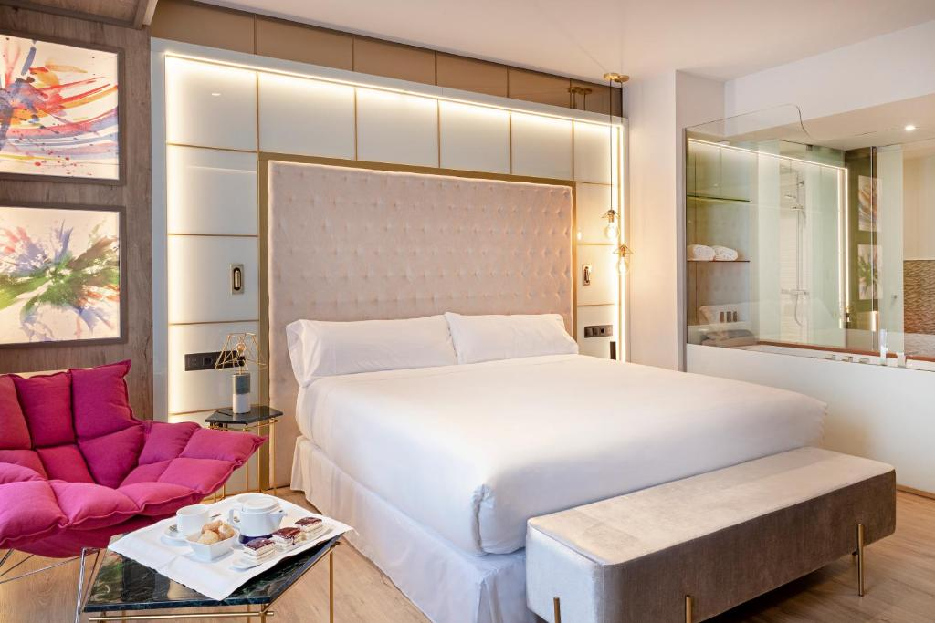 A bed or beds in a room at Barceló Ourense