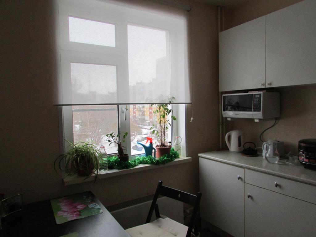 A kitchen or kitchenette at kvartira
