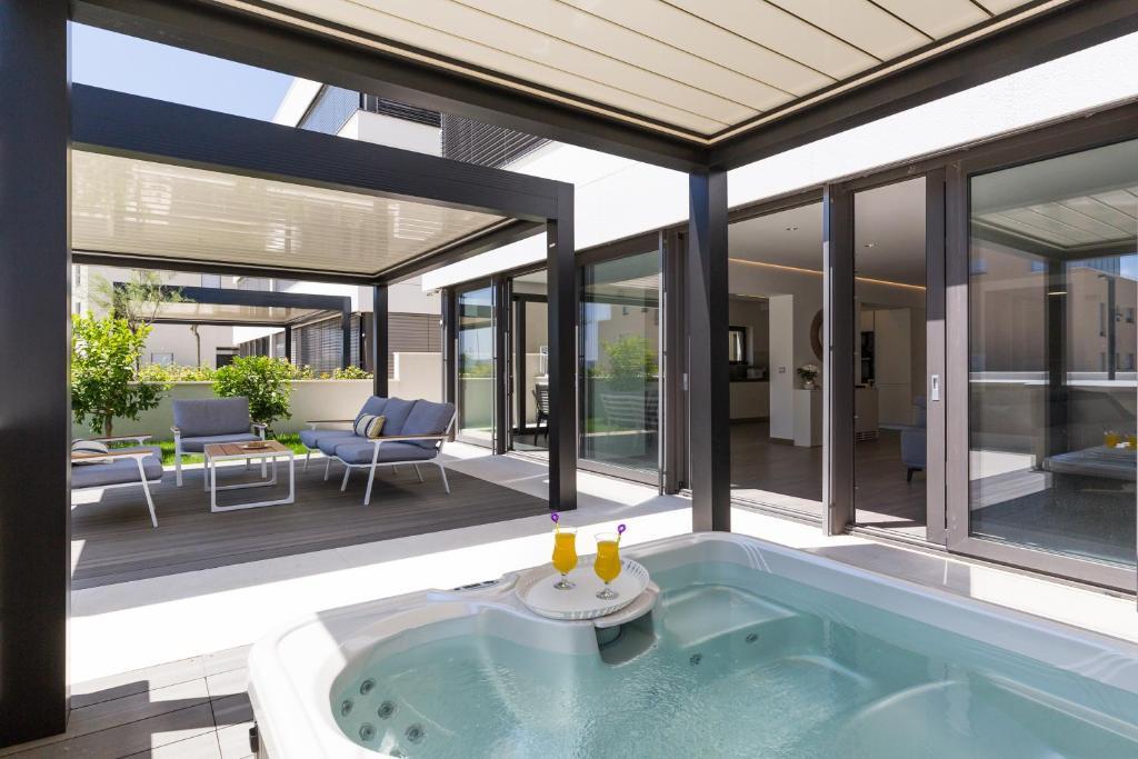 Vasca Da Bagno Jacuzzi Usata : Luxury apartment periska with jacuzzi & pool zara zadar u2013 prezzi