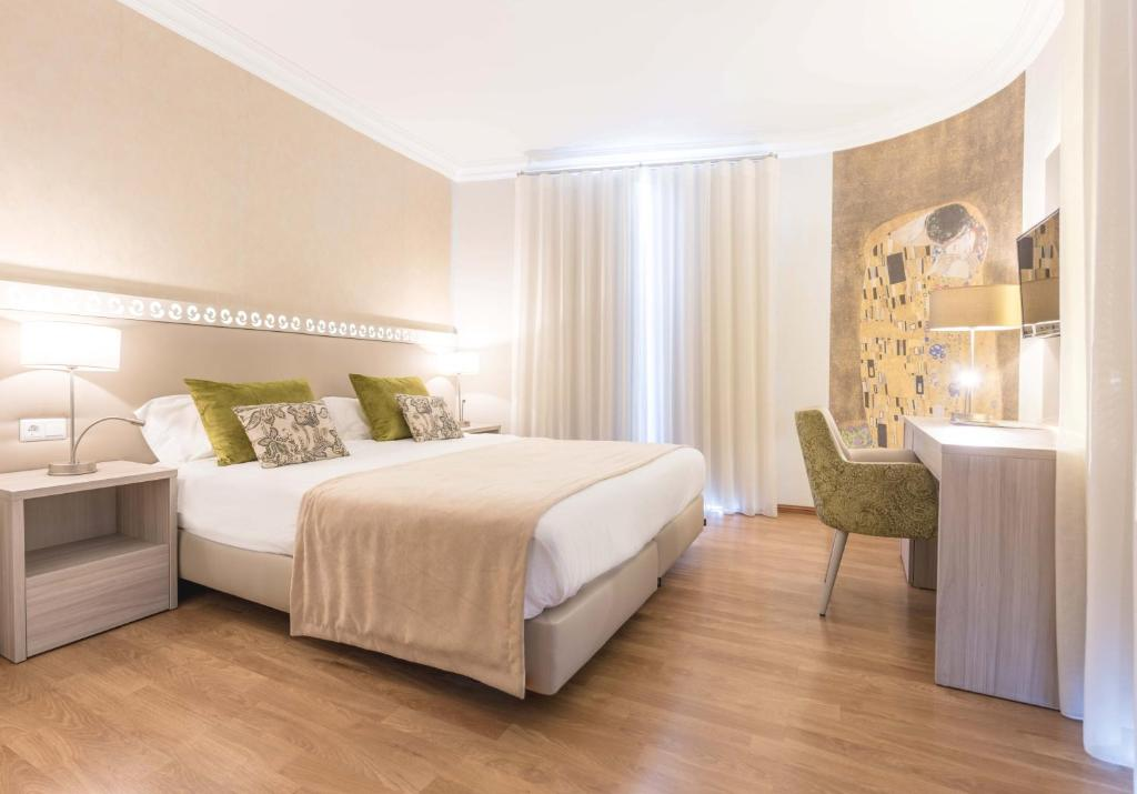 A bed or beds in a room at Loule Jardim Hotel