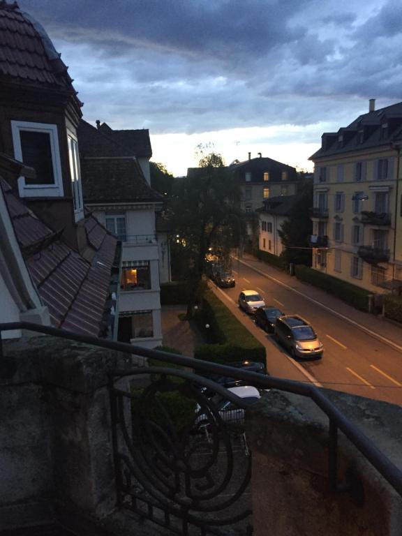 Hotel Mobliertes Zimmer mit Balkon und Kuche direkt in sihlcity ...
