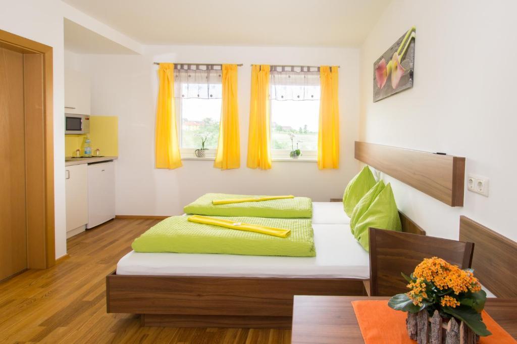 Ein Bett oder Betten in einem Zimmer der Unterkunft Schnatterhof
