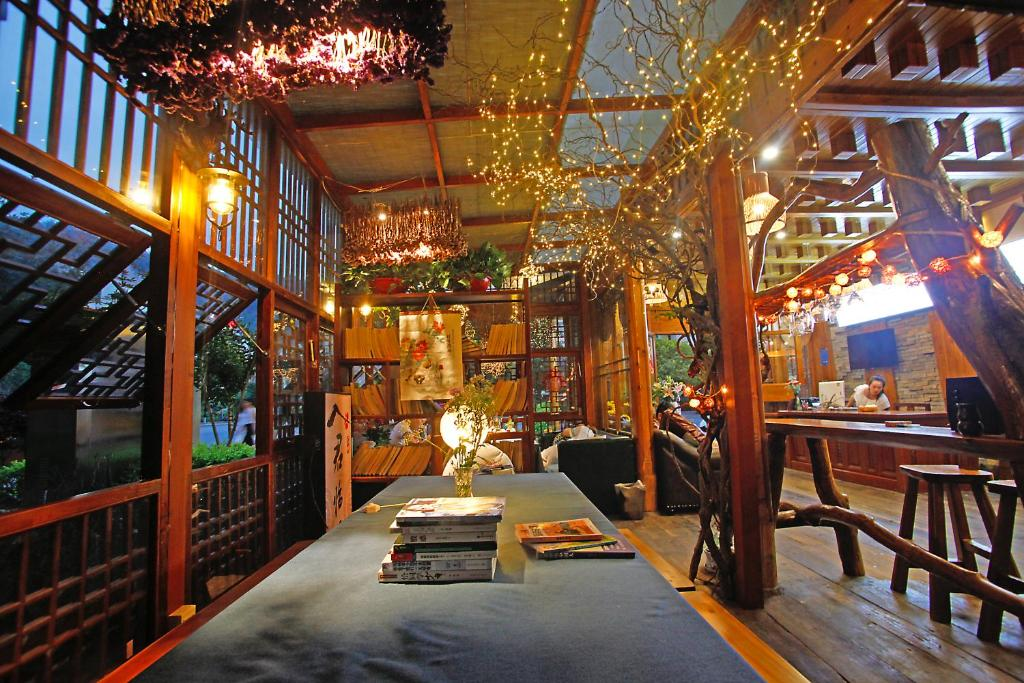 A restaurant or other place to eat at Guihua Road 106th Hostel