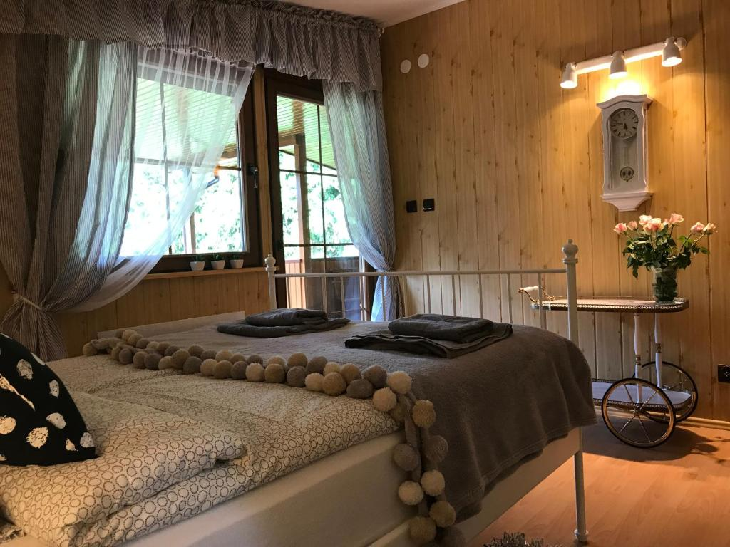 A bed or beds in a room at Domek Nad Jeziorem Piasutno Mazury