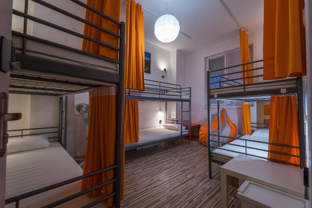 A bunk bed or bunk beds in a room at Pijama Hostel
