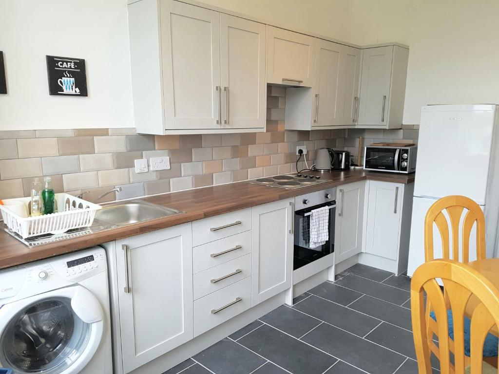 A kitchen or kitchenette at Dragon - Whitecrook Apartment 2 Bedroom Home