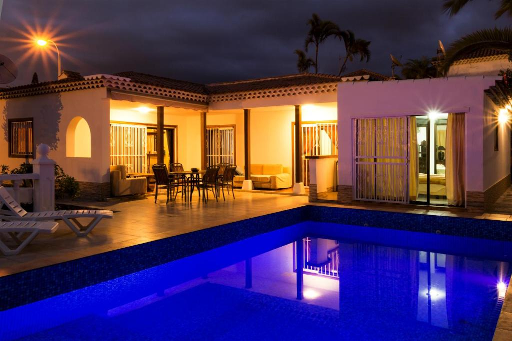 The swimming pool at or near Villa 4bed private pool en Los Cristianos