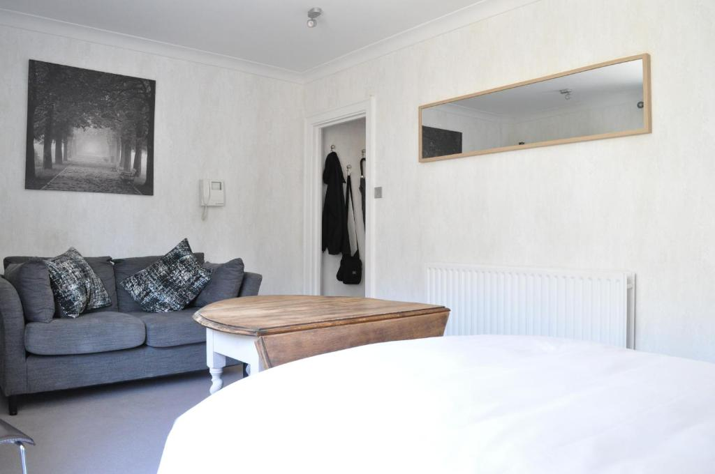 A bed or beds in a room at Knightsbridge 1 Bedroom Flat