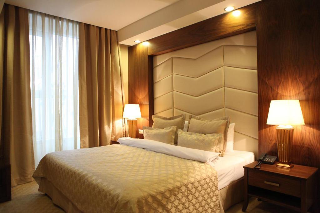 Кровать или кровати в номере Волга Премиум Отель