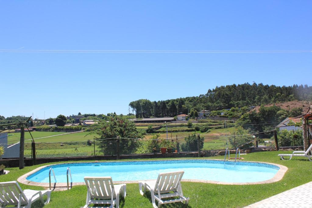 The swimming pool at or near Vivenda Mendes 2