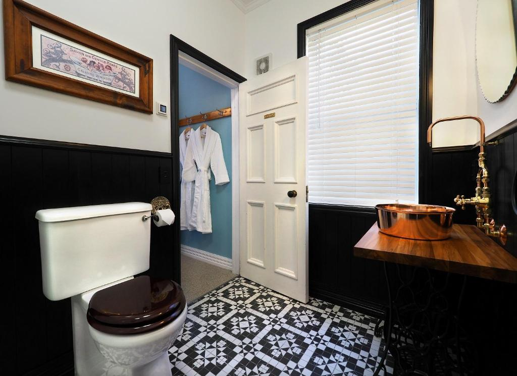 A bathroom at The Old Ferry Hotel Bed & Breakfast