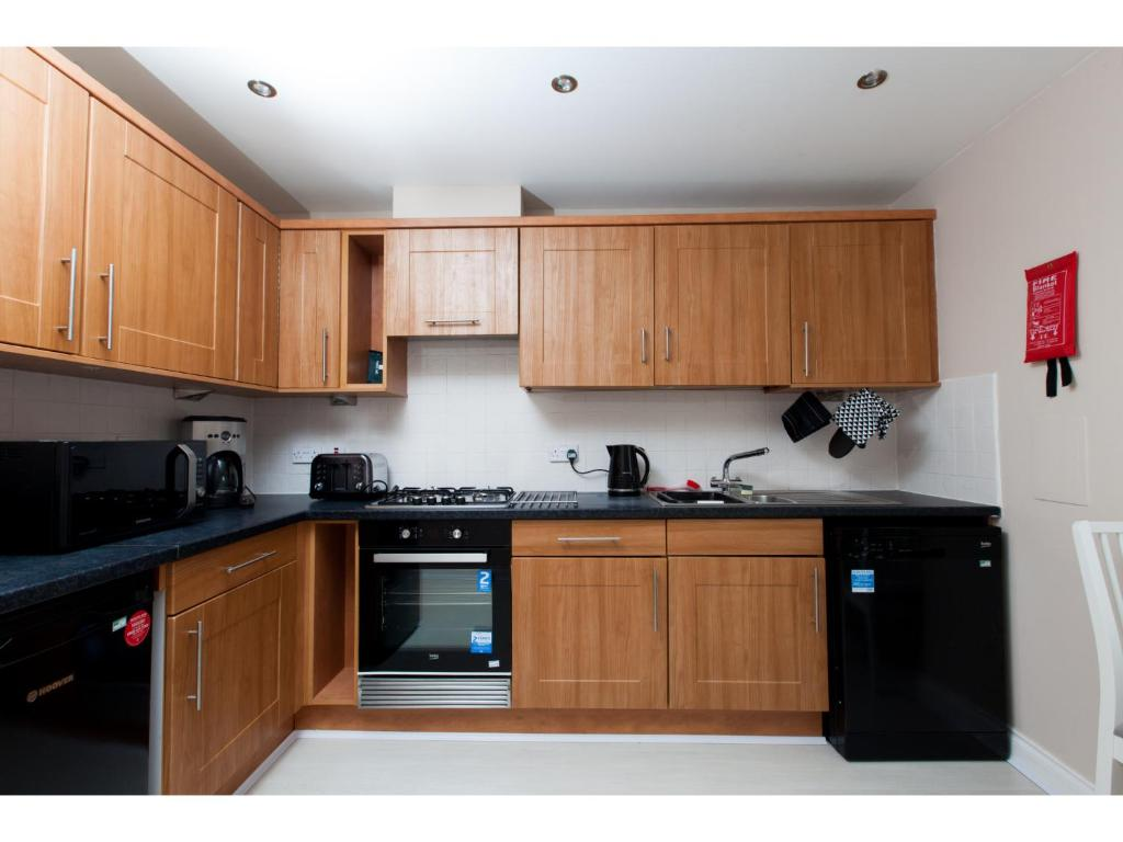 Homely hi tech modern flat with parking and gym edinburgh