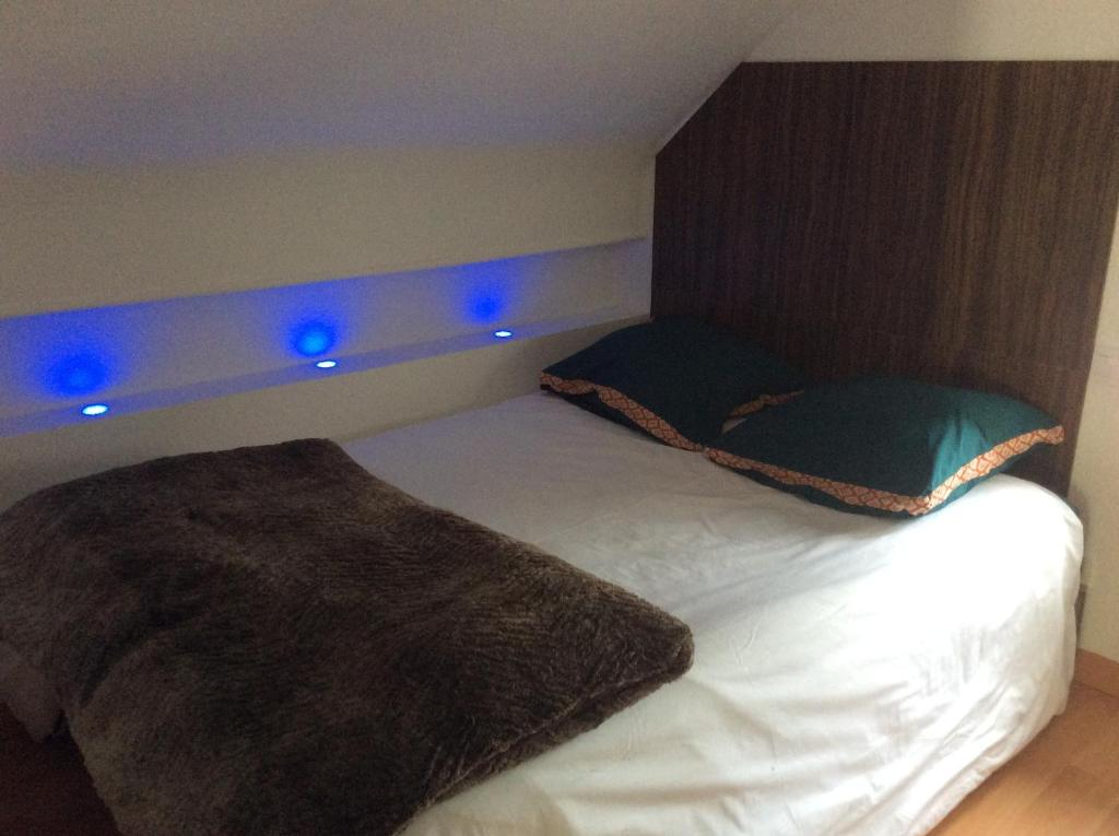 A bed or beds in a room at L'appart de Clea