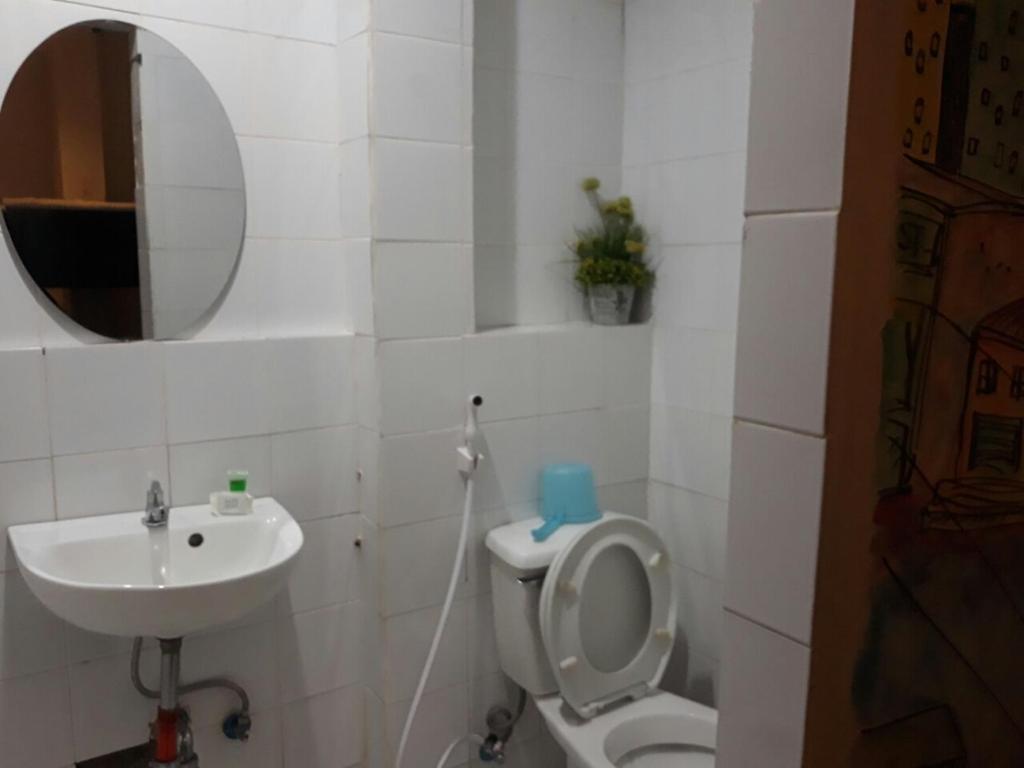 A bathroom at Dormitels.ph The Fort BGC