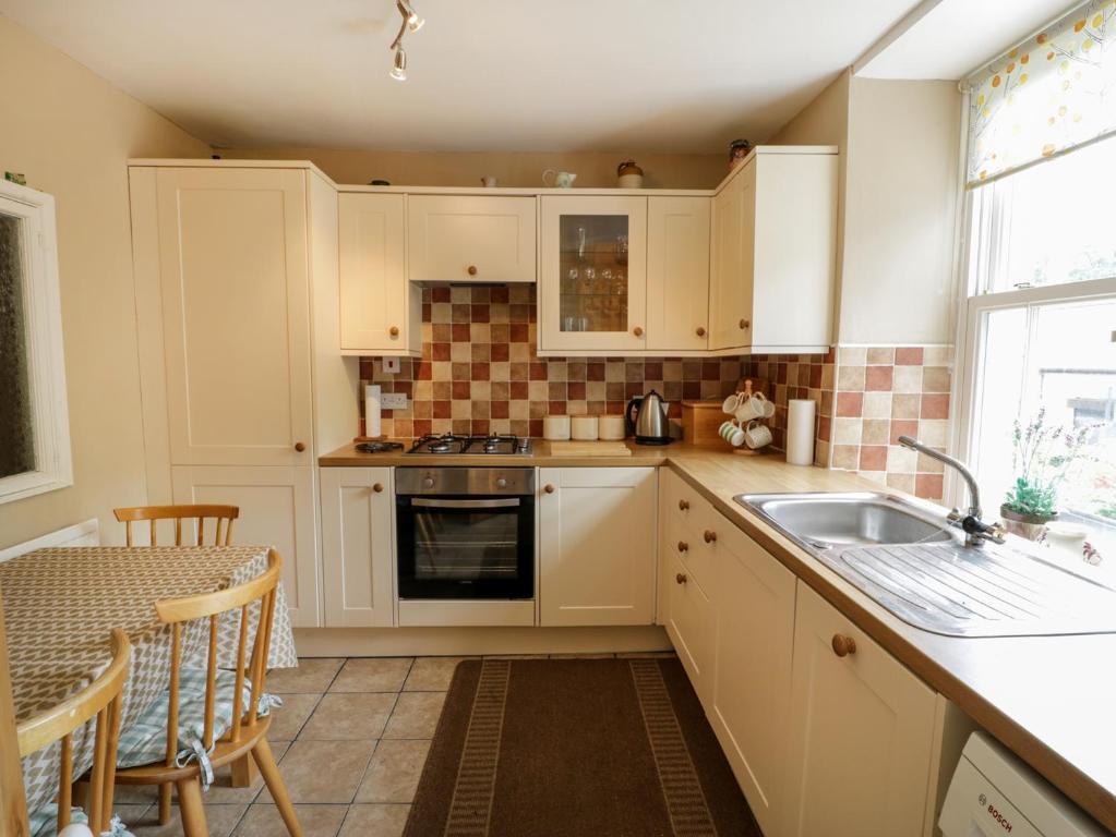 A kitchen or kitchenette at Tan Y Dderwen, Caernarfon