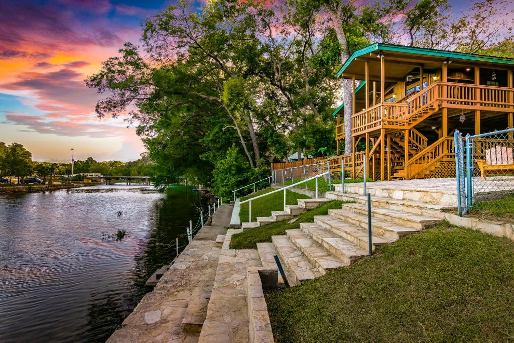 Vacation home river front float away new braunfels tx - 2 bedroom suites in new braunfels tx ...