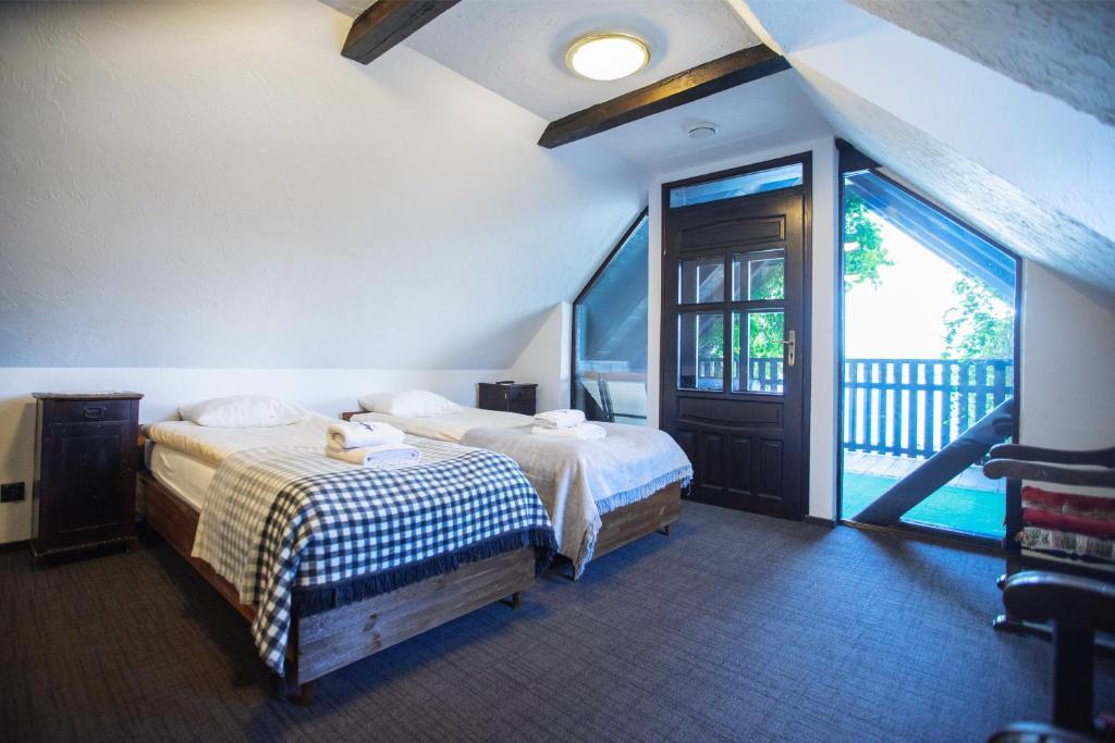 A bed or beds in a room at Gospoda pod Czarnym Łabędziem