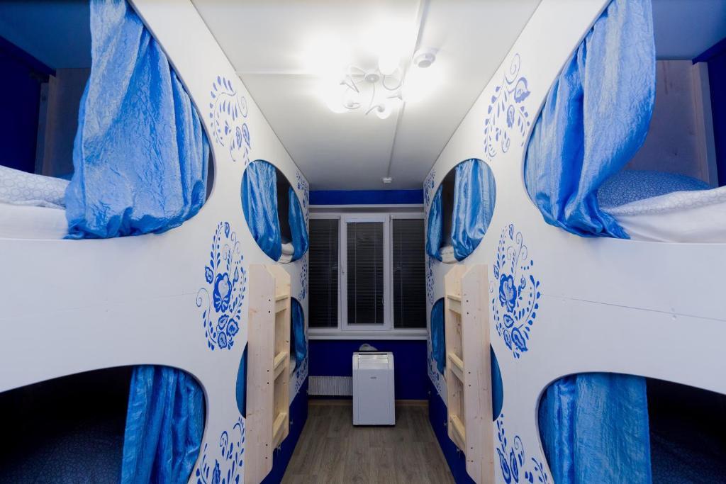 Двухъярусная кровать или двухъярусные кровати в номере Малинка