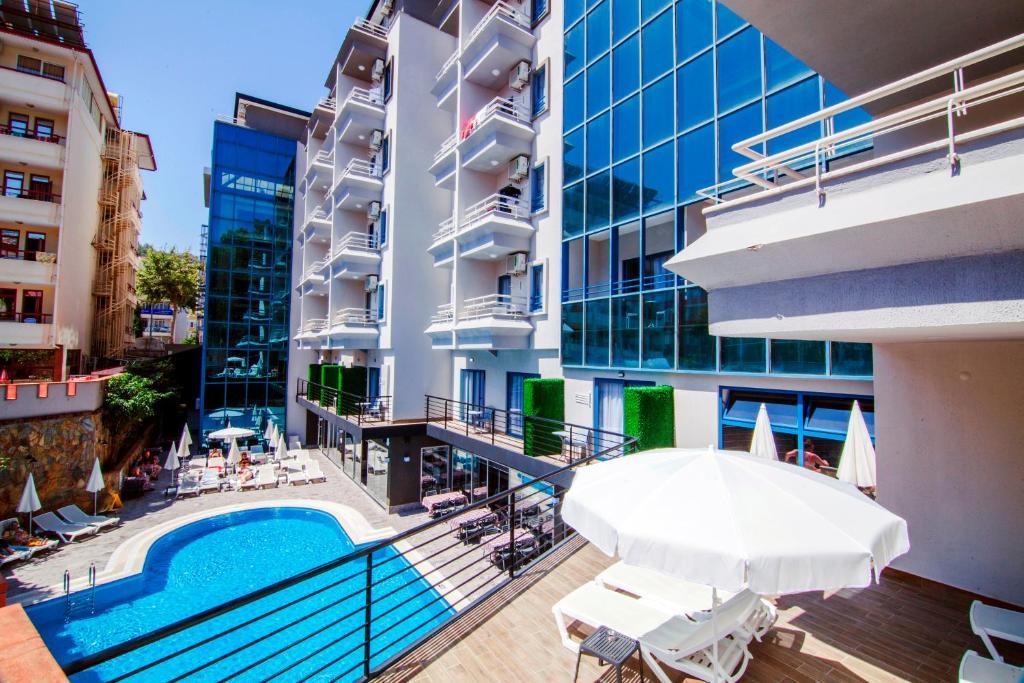 Uitzicht op het zwembad bij Ramira City Hotel - Adult Only (16+) of in de buurt