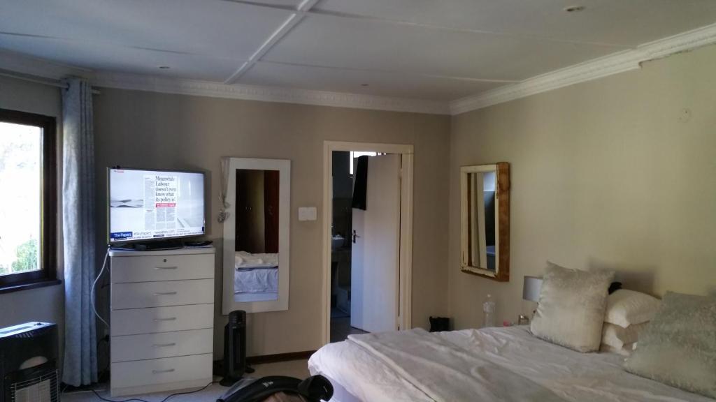 Łóżko lub łóżka w pokoju w obiekcie Johannesburg Youth Hostel