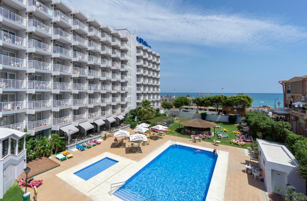 Ein Blick auf den Pool von der Unterkunft Medplaya Hotel Balmoral oder aus der Nähe