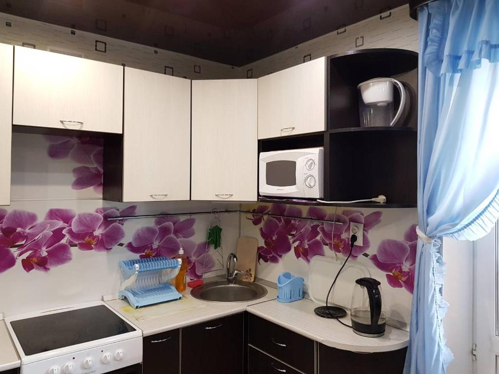 Кухня или мини-кухня в Апартаменты комфорт
