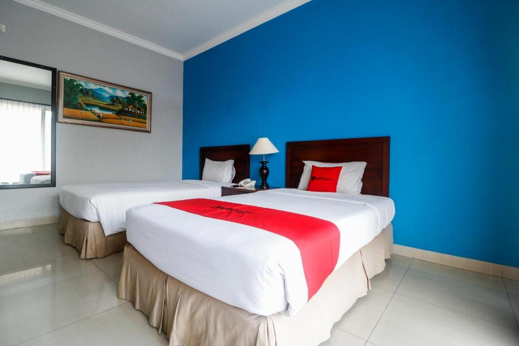 A bed or beds in a room at RedDoorz Premium @ Bukit Damai Indah