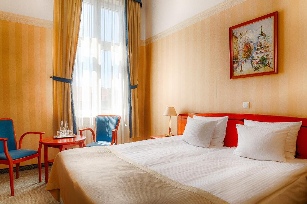 A bed or beds in a room at Focus Hotel Premium Pod Orłem