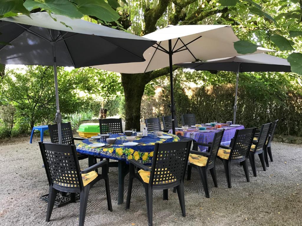 Restaurant ou autre lieu de restauration dans l'établissement Le Ribet