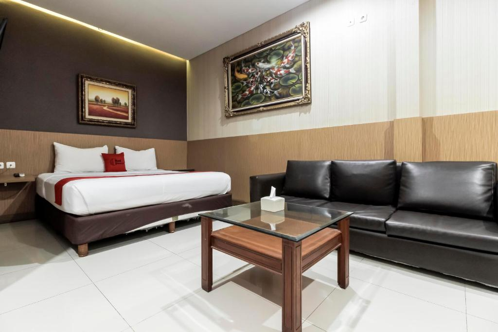 hotel reddoorz plus tuparev cirebon indonesia booking com rh booking com