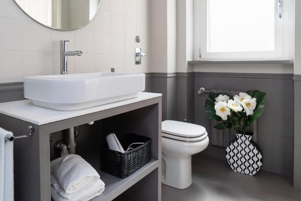 Nice Apartment Near The City Center Milan Italy Bookingcom - Nice-apartment-bathrooms