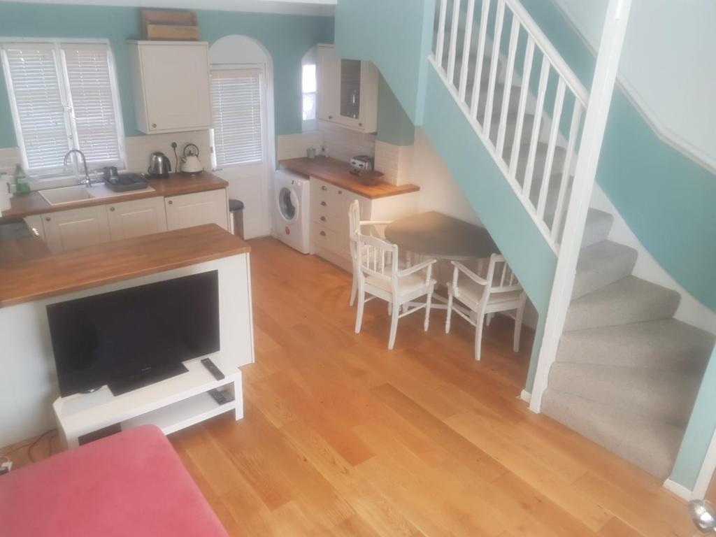 A television and/or entertainment center at Beautiful 2 bedroom cottage in the heart of Greenwich