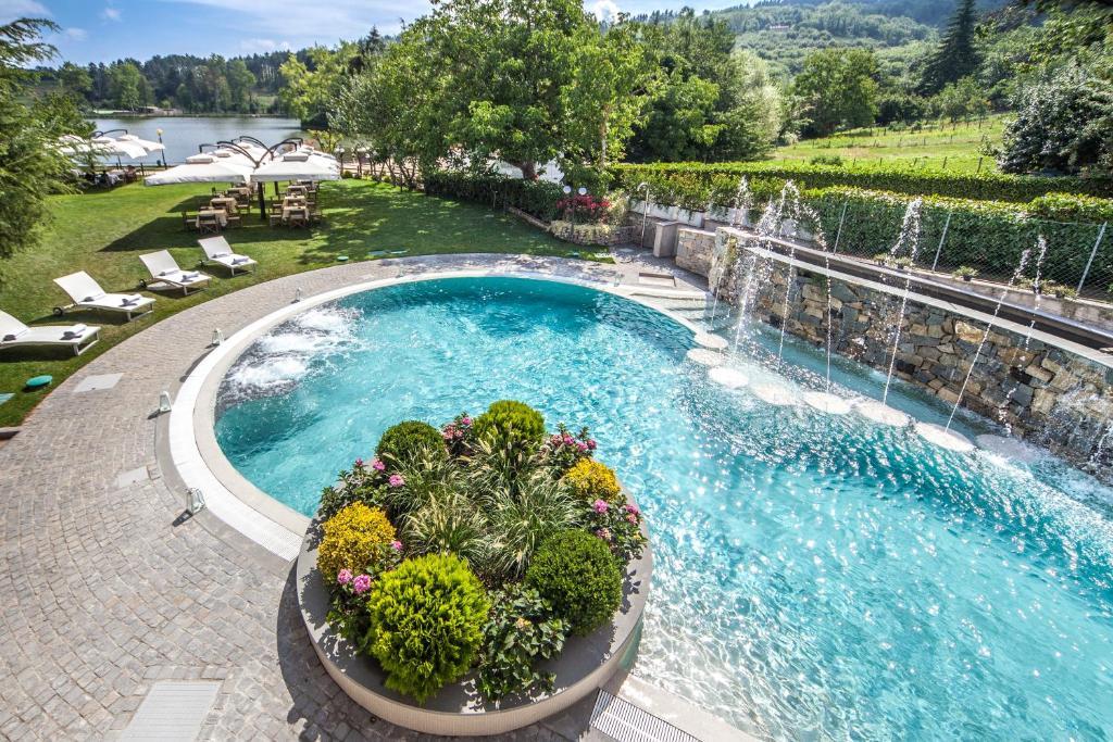 Vista sulla piscina di Hotel Miramonti o su una piscina nei dintorni