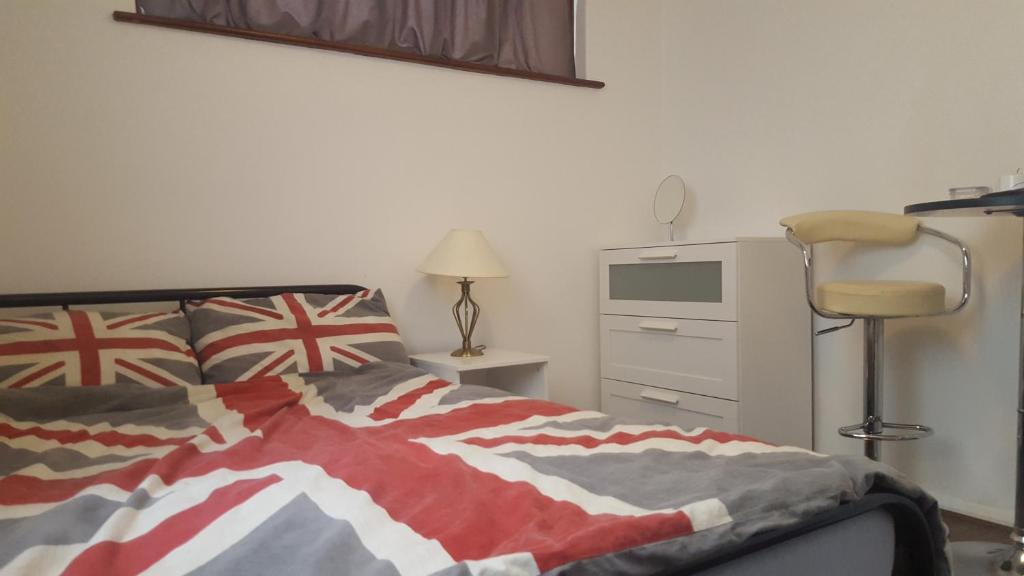 A bed or beds in a room at The Heart Of Stratford..!
