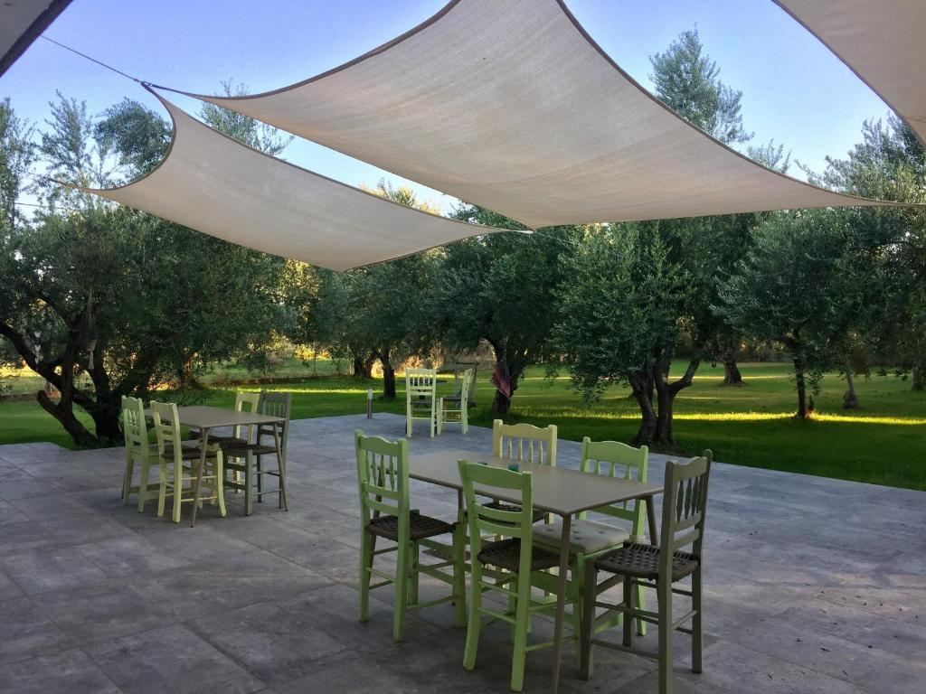 Een restaurant of ander eetgelegenheid bij Anastasios Olive Garden Apartments