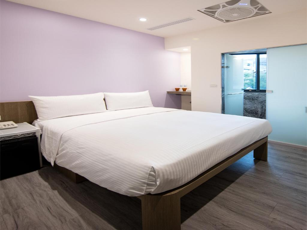 A bed or beds in a room at Metro Apartment
