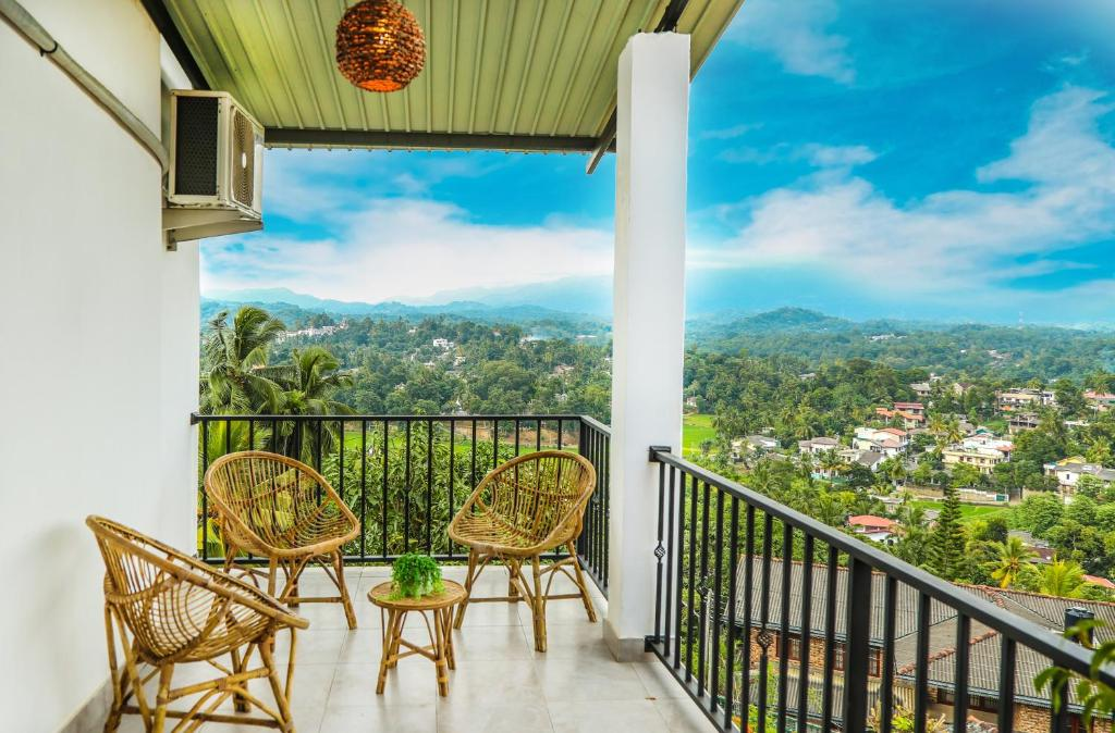 A balcony or terrace at Mintaas Hotel Kandy