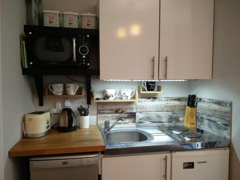 A kitchen or kitchenette at Hammersmith Apartment