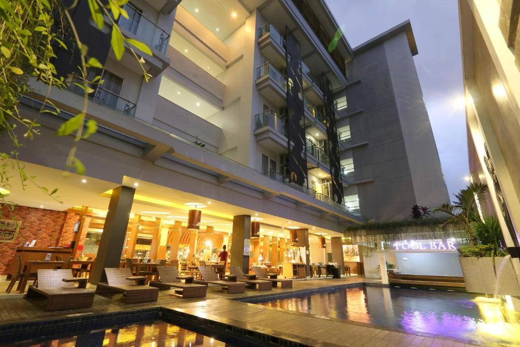 Crystal Lotus Hotel Yogyakarta tesisinde veya buraya yakın yüzme havuzu