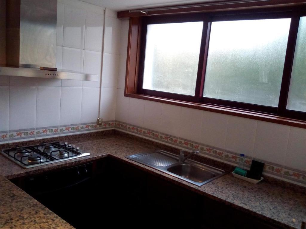 A kitchen or kitchenette at Apartamento Junto A Praia