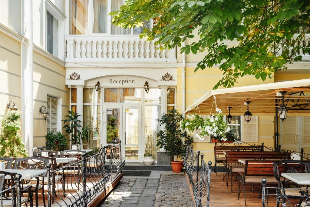 A restaurant or other place to eat at Odesskiy Dvorik