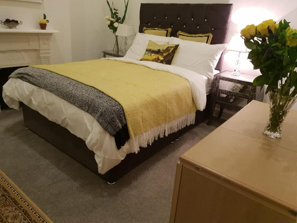 A bed or beds in a room at Chic double room with en-suite, Cardiff city centre.