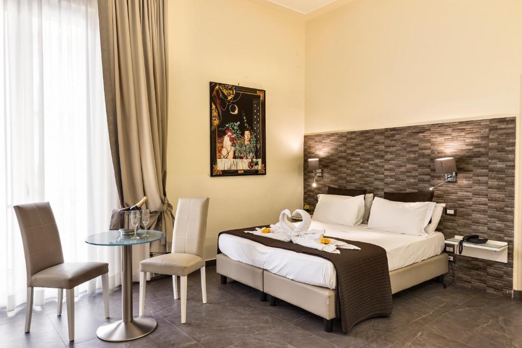 Een bed of bedden in een kamer bij Boutique Hotel Piazza Carita'