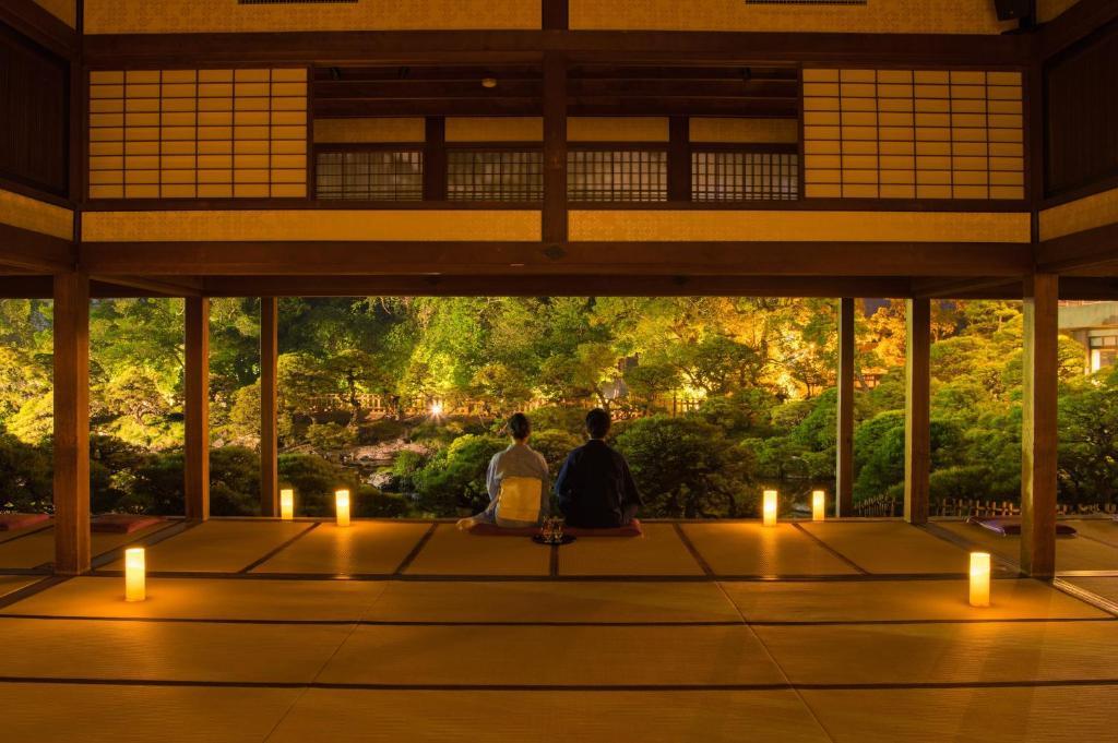 """ポイント2.とってもロマンティック!灯篭に照らされた""""松濤園'"""
