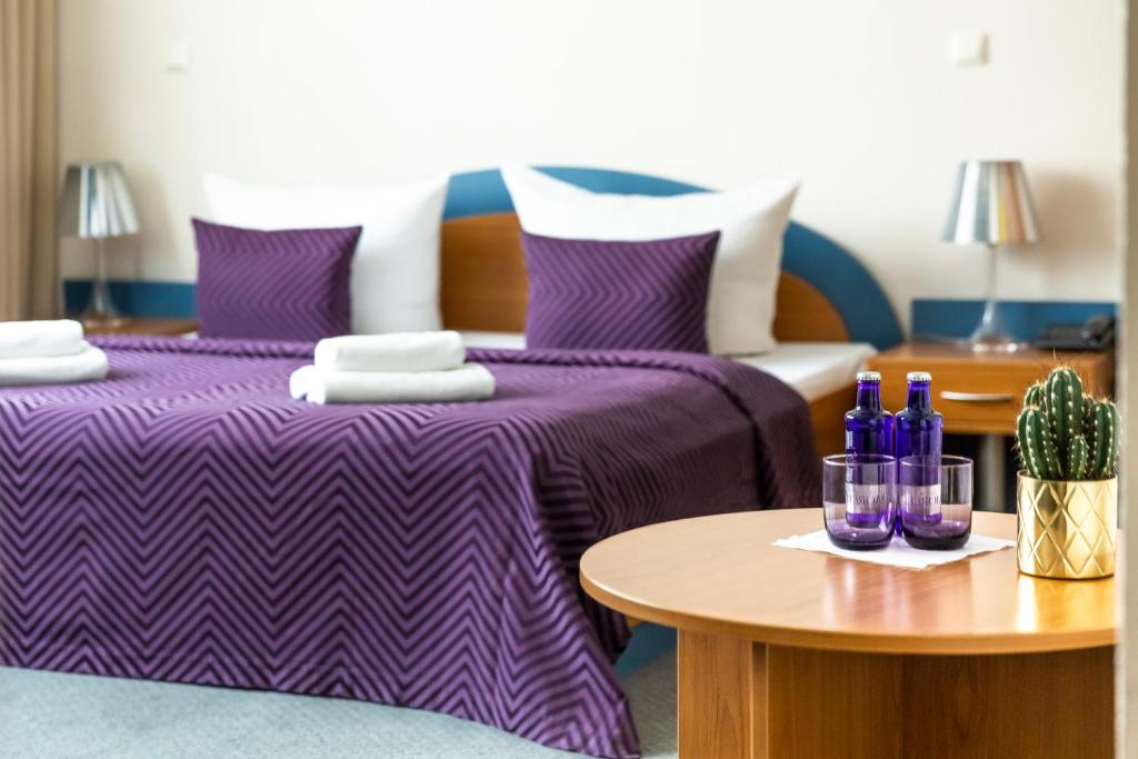A bed or beds in a room at Hotel Ambiente Berlin City