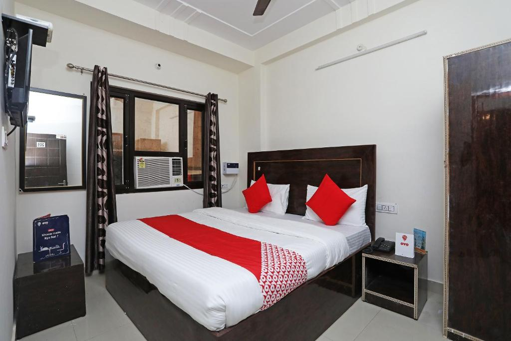 A bed or beds in a room at OYO 16815 Hotel Suresha