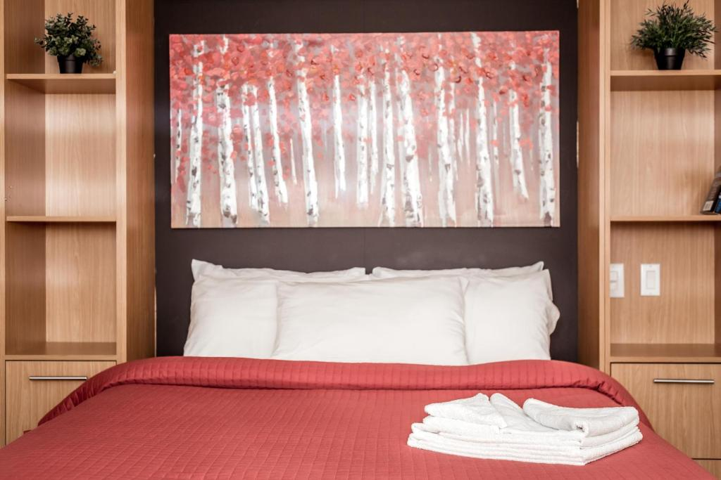 A bed or beds in a room at Auberge & Hotel Montreal Espace Confort